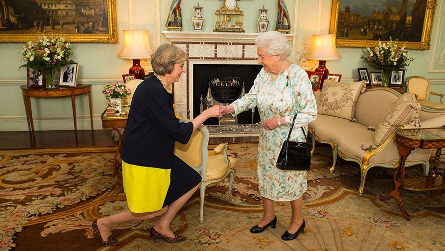 Тереза Мэй на аудиенции у королевы Великобритании Елизаветы II в Букингемском дворце, 2016 год