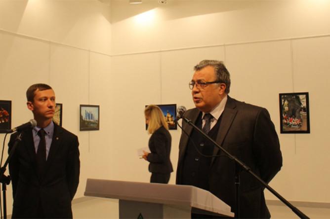 Российский посол в Турции Андрей Карлов за несколько мгновений до нападения