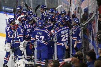 Хоккеисты СКА радуются вырванной в овертайме победе в первом матче серии с «Локомотивом»