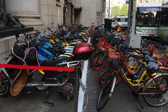 Чтобы сделать двухколесный транспорт еще более популярным, в городе организовали систему проката. Велосипед можно бесплатно арендовать на 30 минут, более долгие поездки обойдутся всего в несколько юаней. На большинстве городских дорог сделали выделенные полосы для скутеров и велосипедов, а для большей надежности кое-где огородили их железными заборчиками. Раньше автомобилисты не воспринимали велосипедные дорожки слишком серьезно и даже могли там припарковаться. Теперь даже за остановку на них грозит штраф и списание нескольких баллов