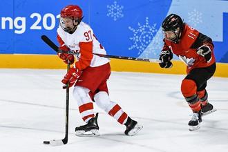 Российская хоккеистка Анна Шохина и канадка Джиллиан Саульниер