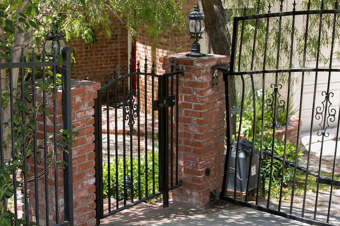 Калитка и ворота у дома Антона Ельчина, где произошла трагедия 19 июня 2016 года