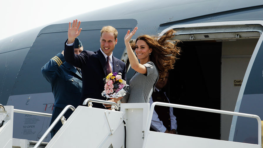 Герцоги Кембриджские улетели к королеве пассажирским самолетом
