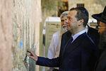 Дмитрий Медведев втрадиционной еврейской ермолке (кипе) рядом со Стеной Плача вИерусалиме