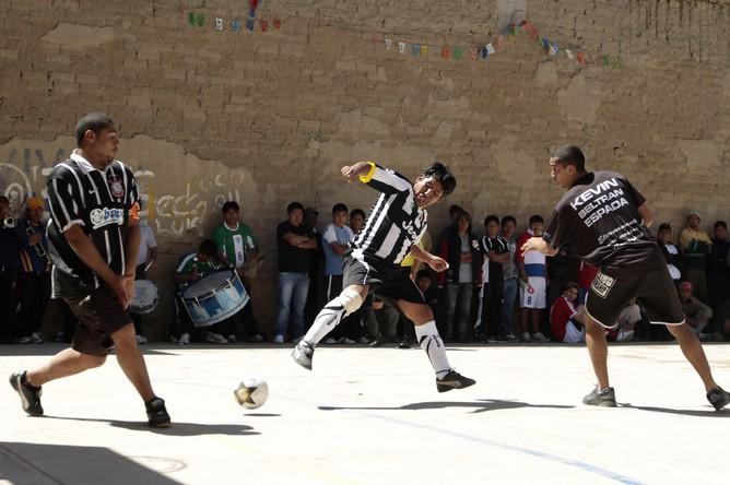 Фанаты провели футбольный матч в тюрьме