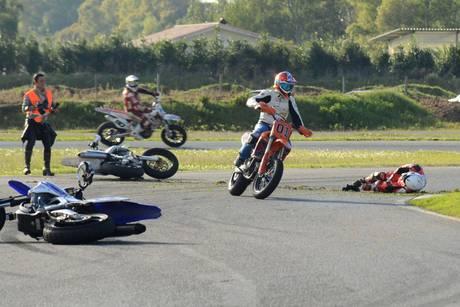 Мотоциклист Дориано Ромбони разбился, участвуя в гонке памяти мотогонщика Марко Симончелли.