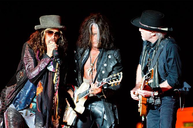 Вокалист Стивен Тайлер и музыканты группы Aerosmith Джо Перри и Брэд Уитфорд на концерте в Москве