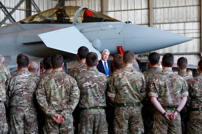 Министр обороны Великобритании Майкл Фэллон общается с военнослужащими Королевских авиационных сил Великобритании на базе на юге Кипра