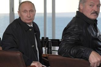 Президенты России и Белоруссии Владимир Путин (слева) и Александр Лукашенко на полигоне Хмелевка в Калининградской области