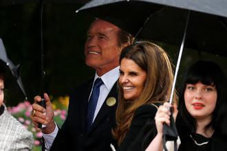 Бывший губернатор Калифорнии Арнольд Шварценеггер с супругой во время церемонии прощания с бывшей первой леди США Нэнси Рейган
