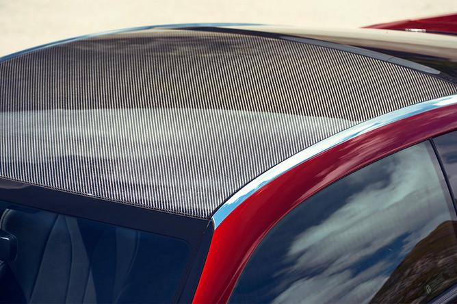 Еще одна фишка LC500 — карбоновая крыша, которая позволяет снизить центр тяжести автомобиля