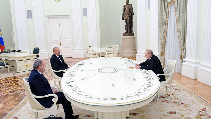 Президент России Владимир Путин, премьер-министр Армении Никол Пашинян (слева) и президент Азербайджана Ильхам Алиев (второй слева) во время трехсторонних переговоров по поводу ситуации в Нагорном Карабахе, 11 января 2021 года