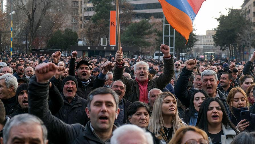 Сторонники оппозиции во время митинга в центре Еревана, 25 февраля 2021 года
