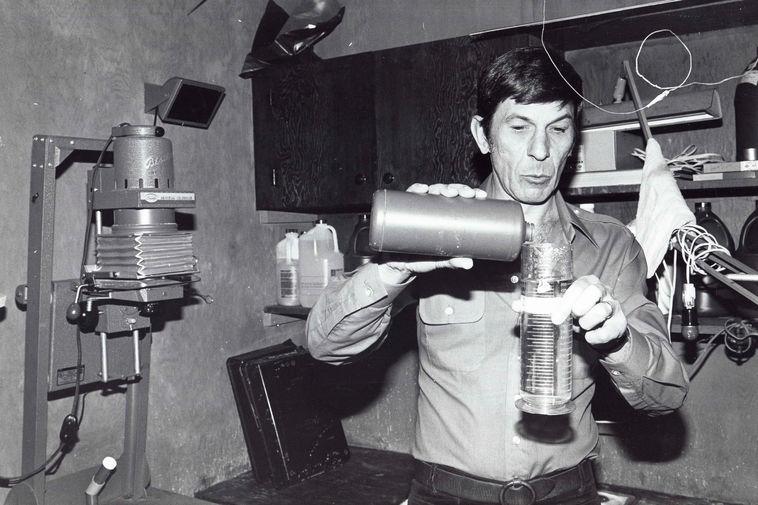 Леонард Нимой во время работы в фотолаборатории со своими снимками, 1980-е годы