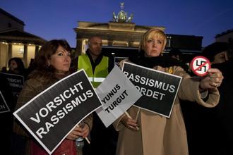 Возмущенные известием жители Берлина собрались на стихийный митинг против неонацистов