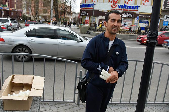 Продажа свечей на одной из улиц Симферополя