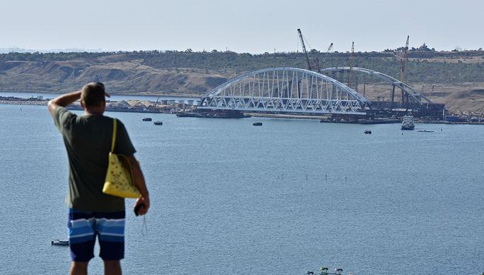 Железнодорожная арка моста через Керченский пролив с горы Митридат в Крыму