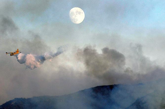 Тушение пожара на Голливудских холмах в Лос-Анджелесе неподалеку от киностудий Warner Bros. и Universal