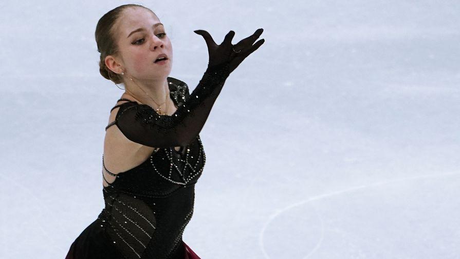 Александра Трусова выступает в произвольной программе на чемпионате мира по фигурному катанию в Стокгольме