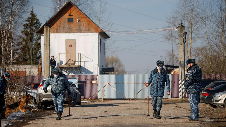 Сотрудники силовых структур около проходной покровской ИК-2 во Владимирской области, где находится Алексей Навальный, 6 апреля 2021 года