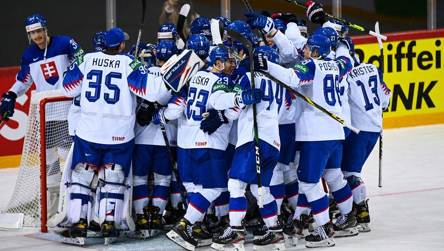 Игроки сборной Словакии радуются заброшенной шайбе в матче группового этапа чемпионата мира по хоккею 2021 между сборными командами Словакии и России, 24 мая 2021 года