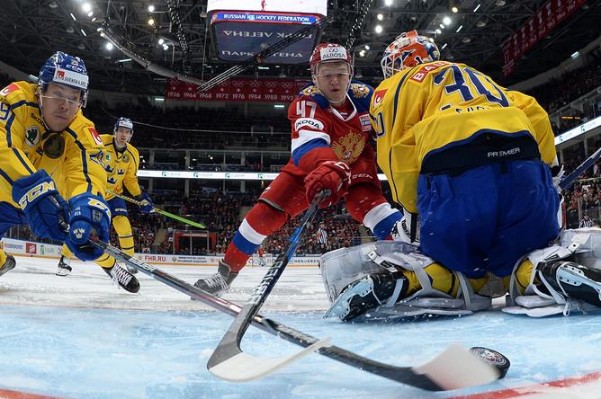Игрок сборной Швеции Эрик Густафссон, игрок сборной России Кирилл Капризов и вратарь сборной Швеции Виктор Фаст во время матча между Россией и Швецией в Москве, 14 декабря 2017 года