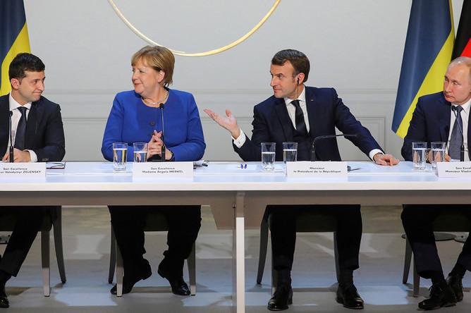 Президент Украины Владимир Зеленский, канцлер Германии Ангела Меркель, президент Франции Эммануэль Макрон и президент России Владимир Путин во время пресс-конференции по итогам саммита «нормандского формата» в Елисейском дворце, 9 декабря 2019 года