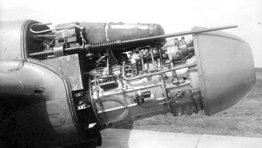 Раскапотированный двигатель РД-10 истребителя Як-15