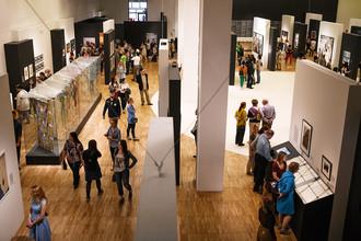 Посетители на выставке «Оттепель» во время международной акции «Ночь в музее» в Третьяковской галерее, 20 мая 2017 года