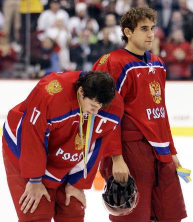 2006 год. Хоккеисты Евгений Малкин и Сергей Огородников после финала молодежного чемпионата мира 2006 года