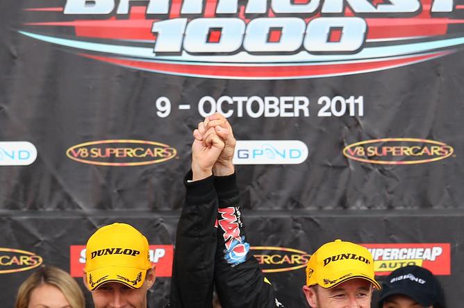 В составе команды «Пепси Макс Холден» Симмонсен (слева)занял третье место в автогонках на выносливость «Батхерст 1000» в Австралии