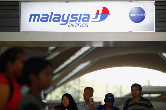 Родственники пассажиров, находившихся на борту рейса MH370 компании Malaysian Airlines, в аэропорту...