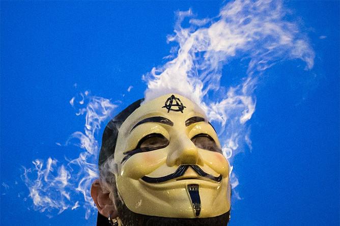 Участник акции «Марш миллиона масок» в Нью-Йорке, США
