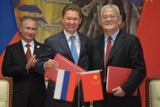 Президент России Владимир Путин, председатель правления «Газпрома» Алексей Миллер и глава Китайской национальной нефтегазовой корпорации (CNPC) Чжоу Цзипин во время церемонии подписания совместных документов. 21 мая 2014 года