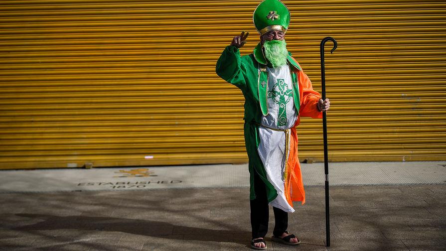 Мужчина в День Святого Патрика в Дублине, 17 марта 2021 года