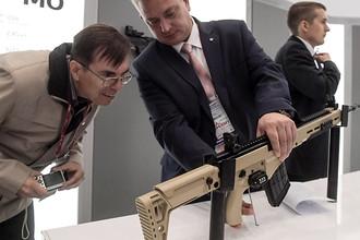 Посетитель осматривает снайперскую винтовку Калашникова (СВК) в павильоне концерна «Калашников» на Международном военно-техническом форуме «Армия-2016»