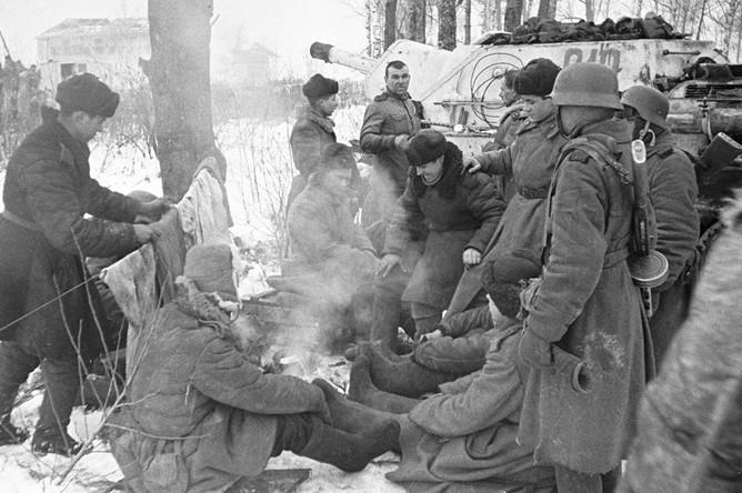 Танкисты отдыхают на привале в пригороде Ленинграда, 20 января 1943 год