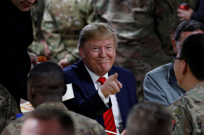 Президент США Дональд Трамп во время ужина с военнослужащими на авиабазе Баграм в Афганистане, 28 ноября 2019 года