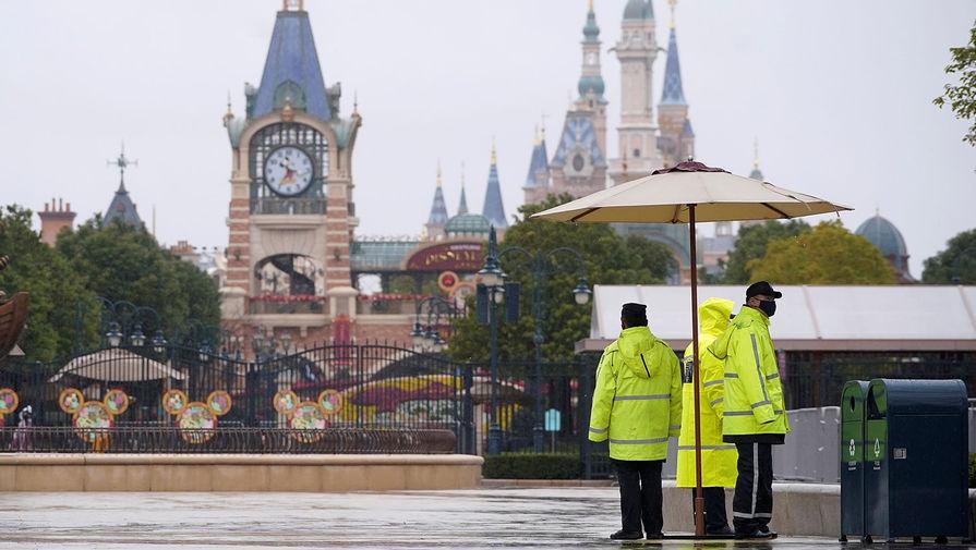 Охрана Диснейленда в Шанхае, закрытого в новогодние праздники из-за вспышки коронавируса, Китай, 25 января 2020 года