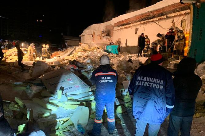 На месте обрушения кровли кафе в Новосибирске, 2 февраля 2020 года