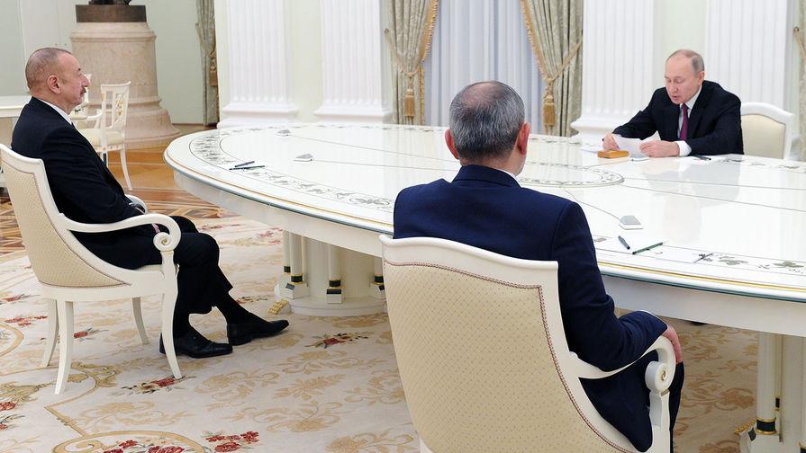 Президент России Владимир Путин, премьер-министр Армении Никол Пашинян и президент Азербайджана Ильхам Алиев (слева) во время трехсторонних переговоров по поводу ситуации в Нагорном Карабахе, 11 января 2021 года