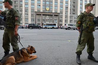 Сотрудники правоохранительных органов у здания Государственной думы РФ