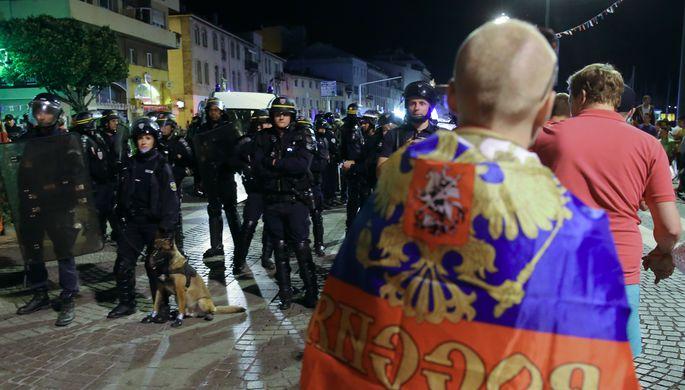 Оцепление во время беспорядков после матча чемпионата Европы по футболу между Англией и Россией