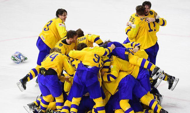 Сборная Швеции по хоккею радуется победе