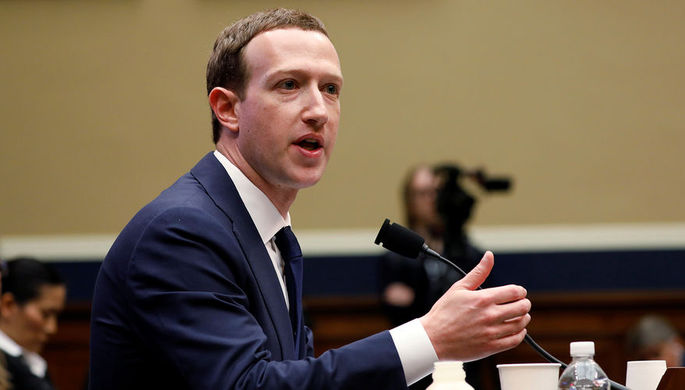 Глава Facebook Марк Цукерберг во время слушаний в сенате США, апрель 2018 года