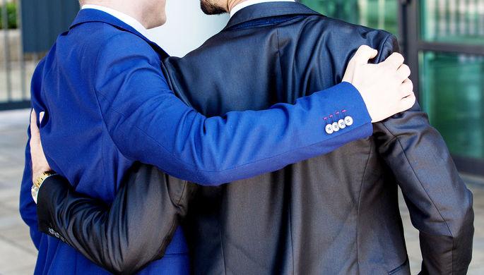 Нерадужные перспективы: мешает ли геям их ориентация при устройстве на работу