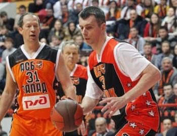 Михаил Прохоров во время матча между «бывшими студентами»