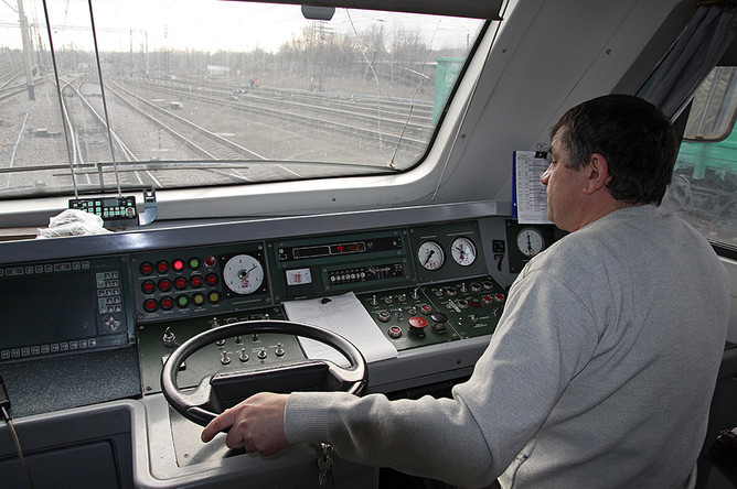 Машинист в кабине первого пассажирского электропоезда, следующего в город Луганск со станции Ясиноватая в Донецкой народной республике