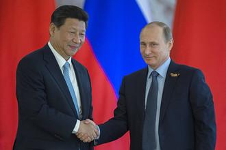 Председатель КНР Си Цзиньпин и президент РФ Владимир Путин на церемонии подписания совместных документов в Кремле 8 мая 2015 года