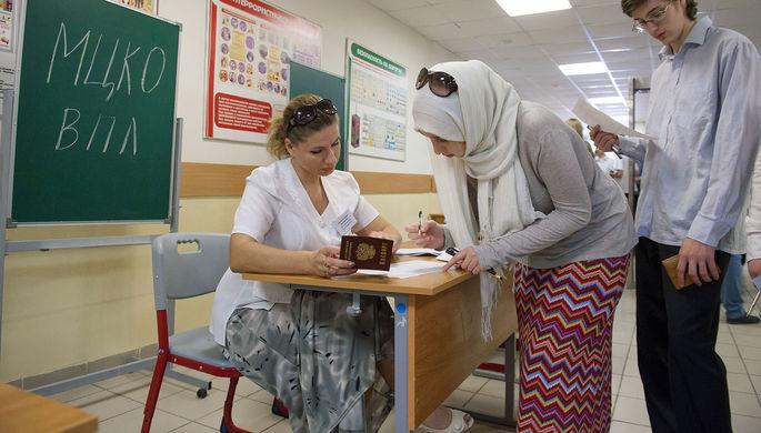 Ученики проходят регистрацию перед сдачей единого государственного экзамена по русскому языку в школе №1474 в Москве.
